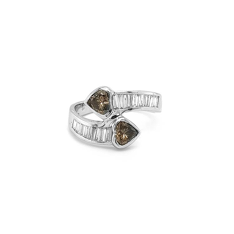 Zlatý Prsten s Hnědýmí a Bílými Diamanty